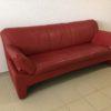 Rotes Sofa mit Kratzspuren gratis abzugeben