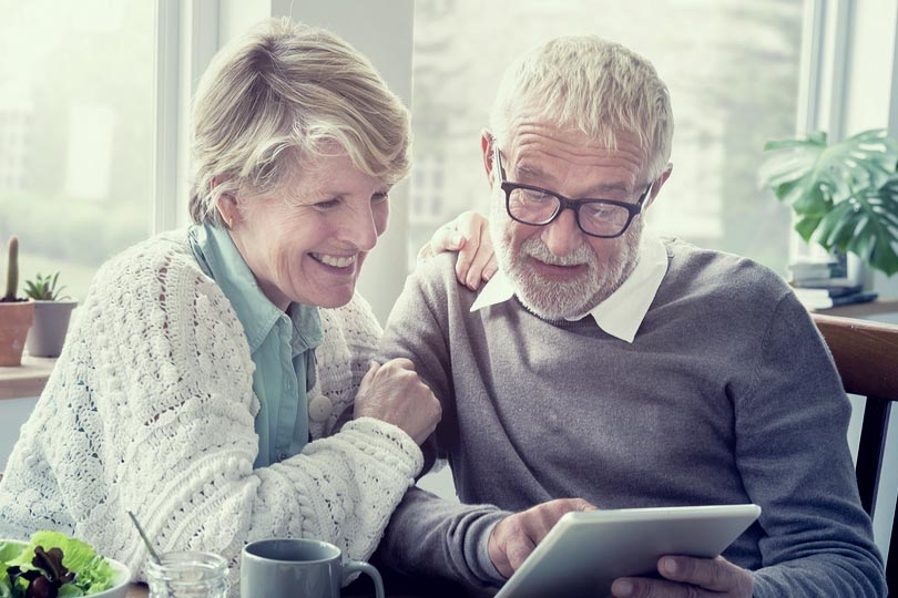 Senior-Adult-Couple-Tablet-cpr
